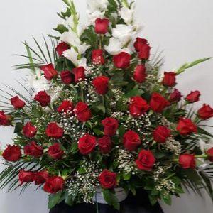 Centro piramidal rosas rojas y gladiolo blanco