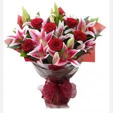 6 rosas rojas y lilium